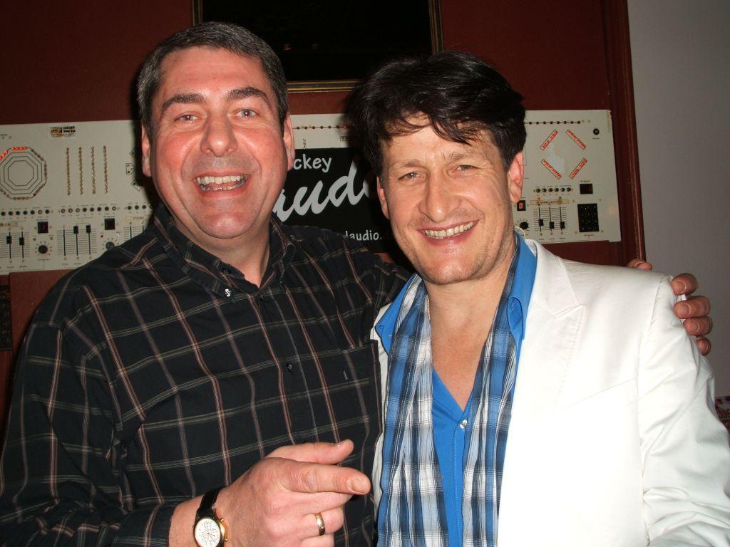 Andreas Fulterer mit Discjockey Claudio. Das Wiedersehen nach 10 Jahren. Im Lauinger am 20.11.2010