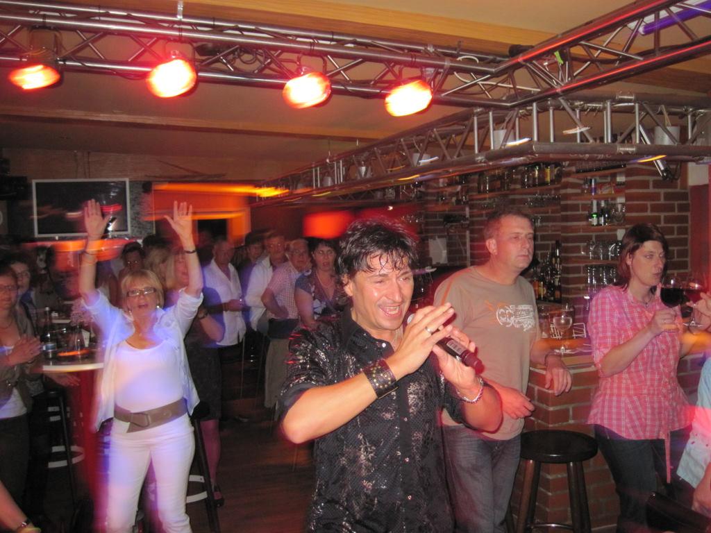 Julian Frank als Stargast im %22Sportscafe Freistett%22 mit Discjockey Claudio am Schlagerabend 30. April 2010
