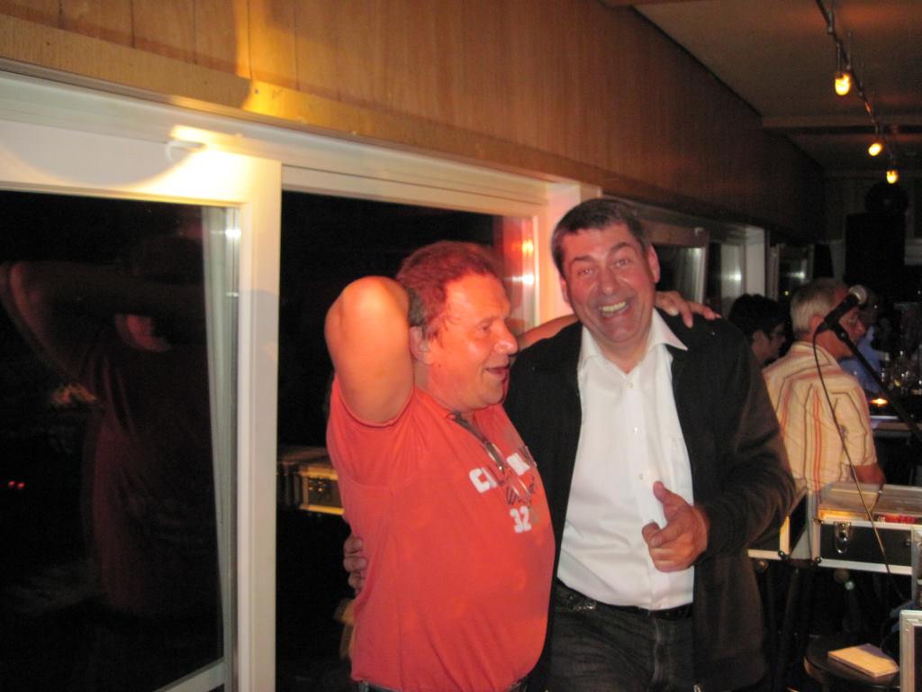 Techniker Gerd (von Julian Frank) zusammen mit %22Discjockey Claudio%22 im %22Sportscafe Freistett%22 30. April 2010