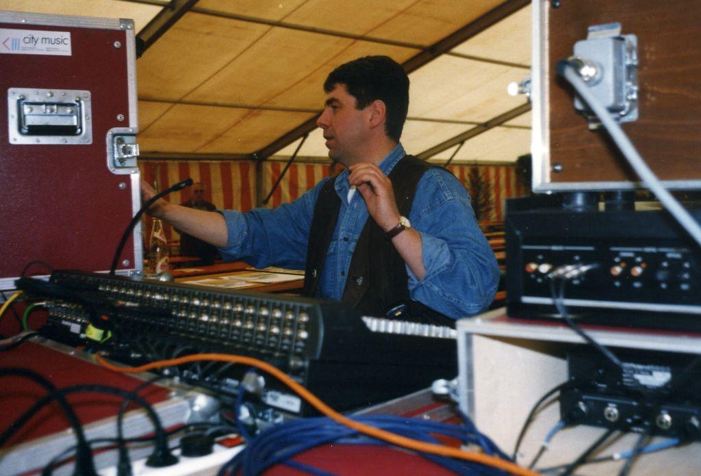 Discjockey Claudio mal an der Regietechnik, 1997