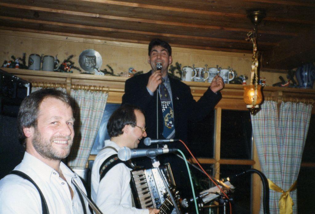 Singender Discjockey Claudio beim %22Heini%22 auf dem Ruhestein
